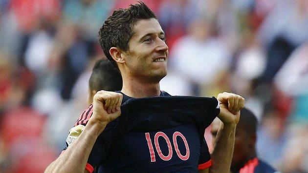 Útočník Bayernu Robert Lewandowski se raduje ze 100. gólu v bundeslize, který vstřelil Mohuči.