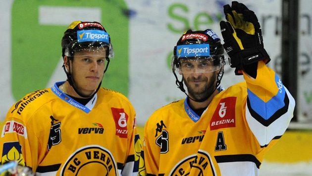 Litvínovští hokejisté Viktor Hübl (vpravo) a Filip Pavlík se radují z výhry