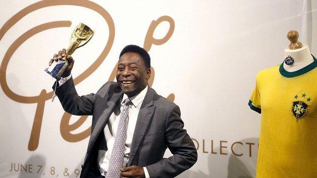 Pelé s Pohárem Julese Rimeta.