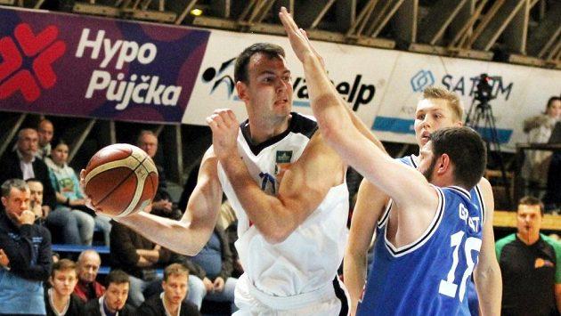 Ostravský Petr Bohačík (v bílém) se snaží prosadit přes Pavla Grunta z USK Praha.