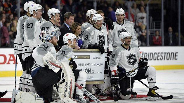 Hokejisté týmu Metropolitní divize pózují po vítězství v Utkání hvězd s šekem na milión dolarů.