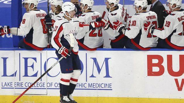 Jakub Vrána (13) slaví se svými spoluhráčí z Washingtonu vítězný gól do sítě Buffala v utkání NHL.