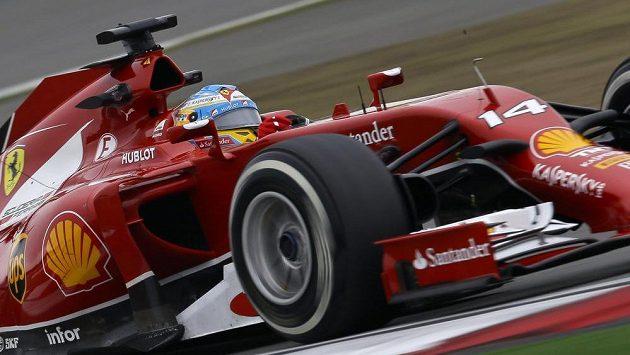 Pilot Ferrari Fernando Alonso při měřeném tréninku na okruh v Šanghaji.
