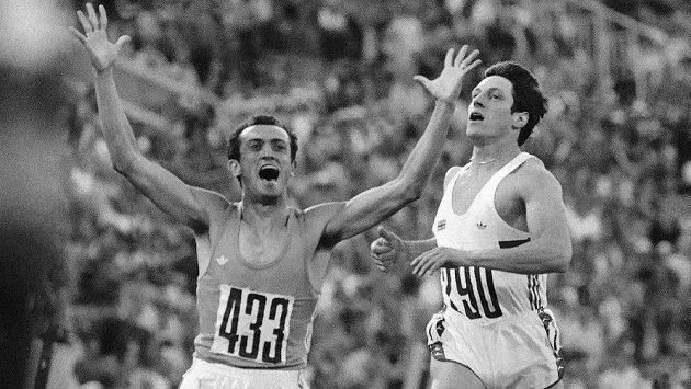 Bývalý italský sprinter Pietro Mennea (vlevo) na archivním snímku z roku 1980 poté, co na olympijských hrách v Moskvě získal zlato na dvoustovce. Vpravo Brit v cíli druhý Allan Wells.