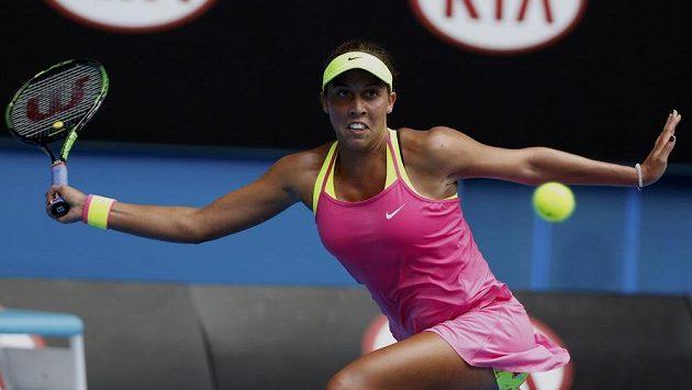 Američanka Madison Keysová v utkání s Casey Dellacquaovou z Austrálie.
