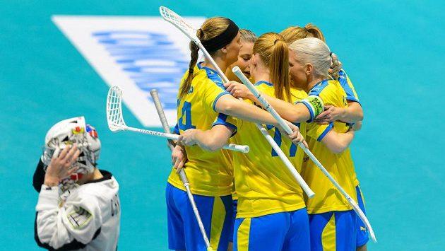 Švédské florbalistky se radují z gólu na MS ze vstřelené branky v utkání proti Češkám.