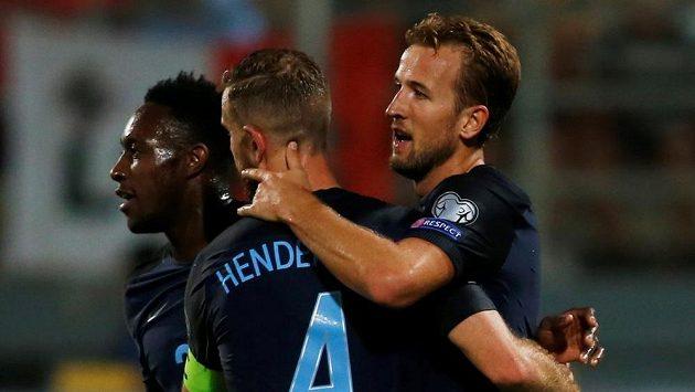 Fotbalisté Anglie Harry Kane (vpravo), Jordan Henderson, a Danny Welbeck se radují z první branky Kanea do sítě Malty v kvalifikačním duelu o mistrovství světa v Rusku. Budou se stejně radovat i pro Slovensku?