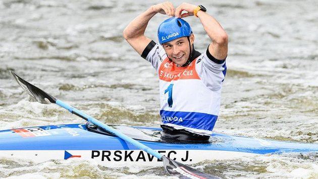 Jiří Prskavec oslavuje vítězství po finále SP v Troji.