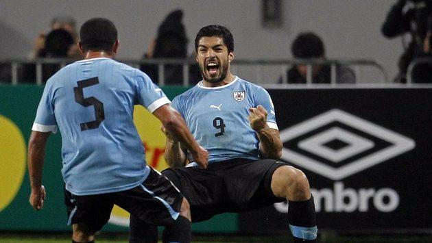Suárez se raduje z jedné ze dvou branek, které poslal do sítě Peru.