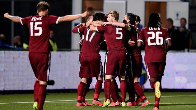 Fotbalisté Sparty Praha oslavují vyrovnávací gól na 1:1 na půdě nizozemského Zwolle.