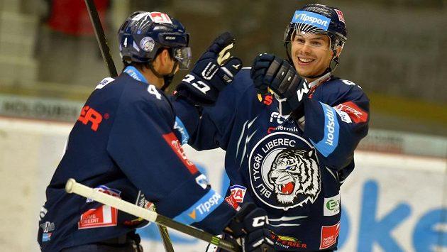 Liberečtí hráči se radují ze druhého gólu na ledě Karlových Varů. Zleva Tomáš Mojžíš a Mário Bližňák.