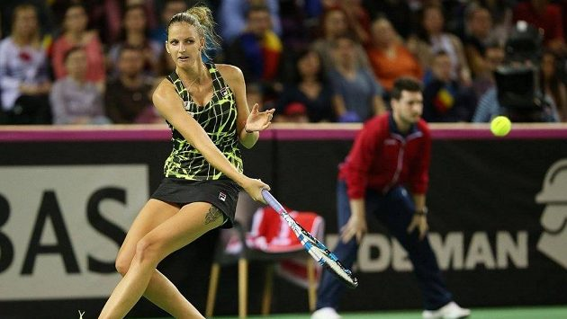 Karolína Plíšková při fedcupovém utkání s rumunskou jedničkou Simonou Halepovou.