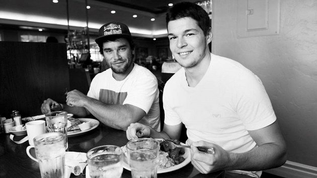Snídaně sportovních es. Vlevo Vavřinec Hradilek, vpravo Tomáš Hertl.