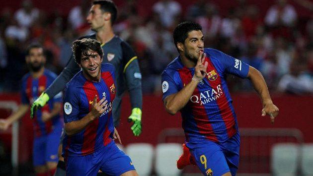 Útočník Barcelony Luis Suárez (vpravo) se raduje z branky, kterou vstřelil Seville.