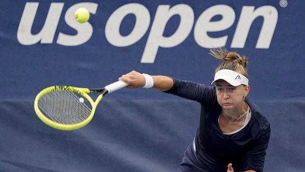 Česká tenistka Barbora Krejčíková servíruje v duelu 2. kola US Open.