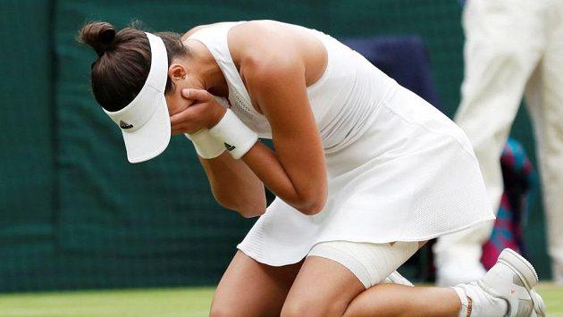 Hotovo. Garbiňe Muguruzaová na kolenou v nevěřícném gestu po triumfu ve Wimbledonu.