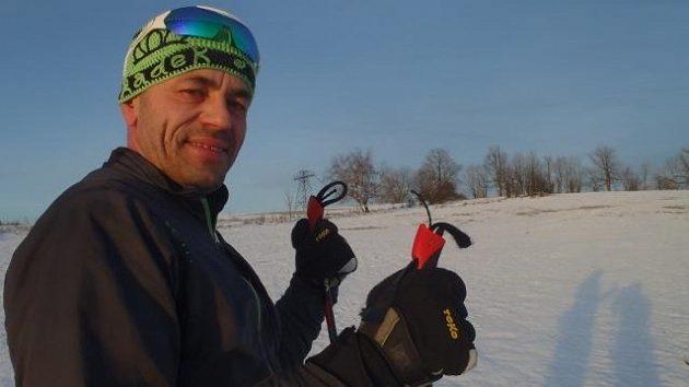 Tři týdny po poslední operaci omrzlých prstů se Radek Jaroš postavil poprvé na běžky.