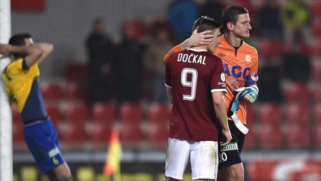 Bořek Dočkal ze Sparty a teplický brankář Tomáš Grigar po sobotním utkání, které letenský klub vyhrál 1:0.