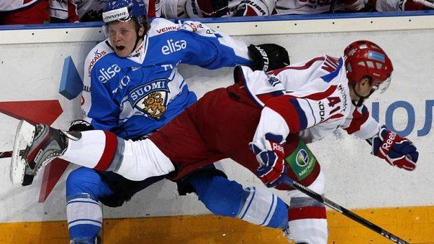 Ruský útočník Nikolaj Kuljomin (vlevo) v souboji s Tuomasem Kiiskinenem z Finska v nedělním utkání Channel One Cupu