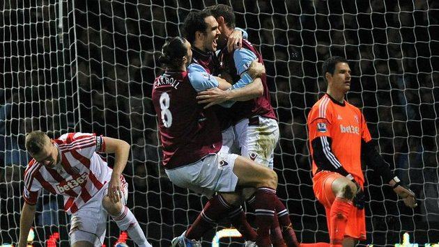 Obránce Joey O´Brien (třetí zleva) z West Hamu se raduje se spoluhráči ze vstřelení gólu proti Stoke City.