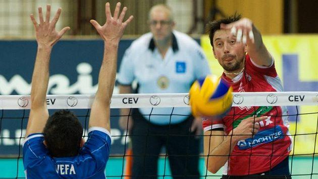 Jakub Novotný z Jihostroje útočí, na bloku Eren Vefa z Ankary.