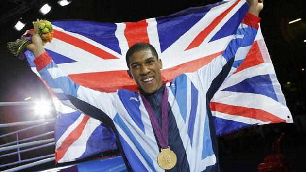 Britský boxer Anthony Joshua se raduje ze zisku zlaté medaile v kategorii nad 91 kilogramů.