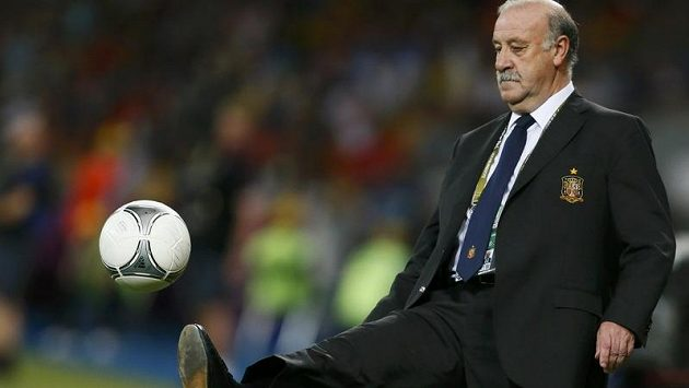 Kouč Španělska Vicente del Bosque krotí během finále Eura proti Itálii míč letící za postranní čáru.