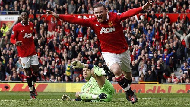 Wayne Rooney slaví svůj gól do sítě West Bromwich Albion.