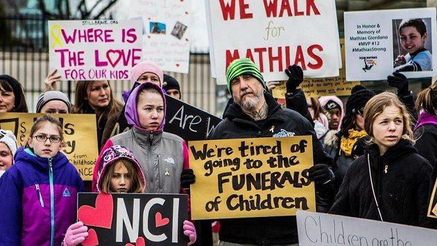 """""""Už nás nebaví chodit na pohřby dětí"""" hlásá transparent, který drží Tetovaný Tom."""
