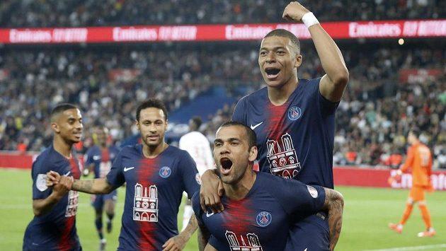 Hvězdný kanonýr PSG Kylian Mbappe slaví se spoluhráči francouzský titul.