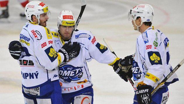 Hokejisté Brna zleva Michal Kempný, Vojtěch Němec a Petr Kuboš oslavují branku v duelu se Slavií.