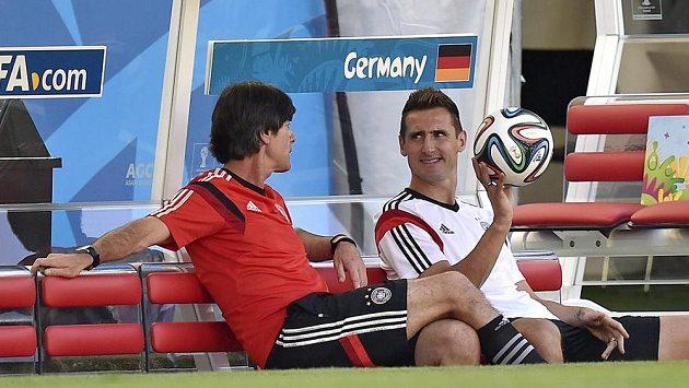 Kouč německých fotbalistů Joachim Löw na tréninku v rozhovoru s útočníkem Miroslavem Klosem.