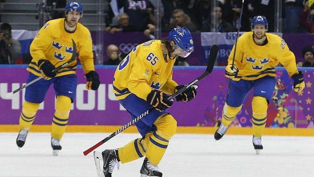 Švédský obránce Erik Karlsson (uprostřed) se raduje z trefy v semifinále proti Finsku.