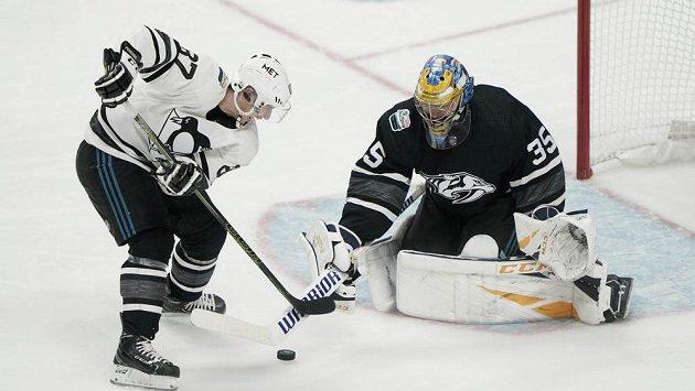 Sidney Crosby se ve finále Allstar Games NHL snaží překonat Pekku Rinneho.
