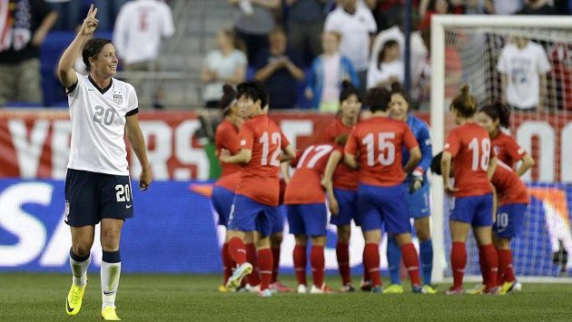 Abby Wambachová (vlevo) se raduje z jedné ze svých čtyř tref v přípravném utkání proti Jižní Koreji.