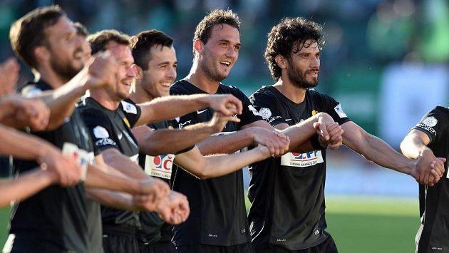 Fotbalisté Jablonce Martin Doležal (druhý zprava) a Daniel Rossi děkují fanouškům po výhře 2:1 v Ďolíčku.