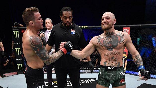 Conor McGregor (vpravo) přijímá porážku s Dustinem Poirierem.