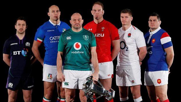 Kapitáni šesti týmů, které se poperou o trofej v Six Nations - zleva Greig Laidlaw (Skotsko), Sergio Parisse (Itálie), Rory Best (Irsko), Alun Wyn Jones (Wales), Owen Farrell (Anglie) a Guilhem Guirado (Francie).