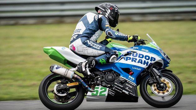 Český motocyklový jezdec Oliver König předvedl v Mostě skvělý výkon a dostal se na stupně vítězů. Byl to jeho nejlepší závod sezony.