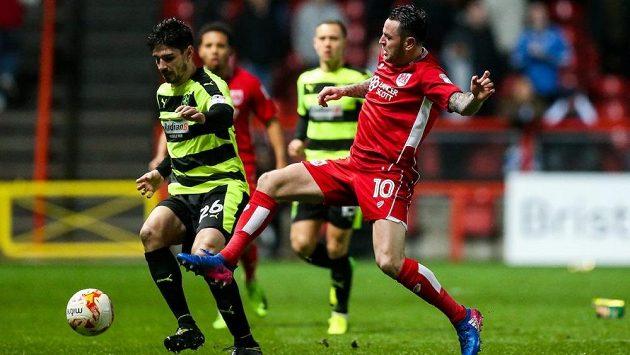 Snímek ze zápasu Bristol City (v červeném) - Huddersfield.
