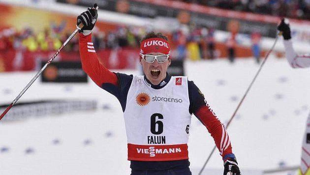 Rus Maxim Vylegžanin oslavuje triumf ve skiatlonu na MS ve Falunu.