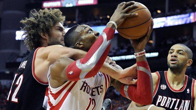 Dwight Howard (v bílém) z Houstonu Rockets a dotírající Robin Lopez z Portlandu.
