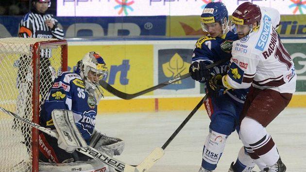 Zprava útočník Sparty Tomáš Rachůnek, obránce Komety David Nosek a brankář Jiří Trvaj v duelu 22. kola hokejové extraligy.