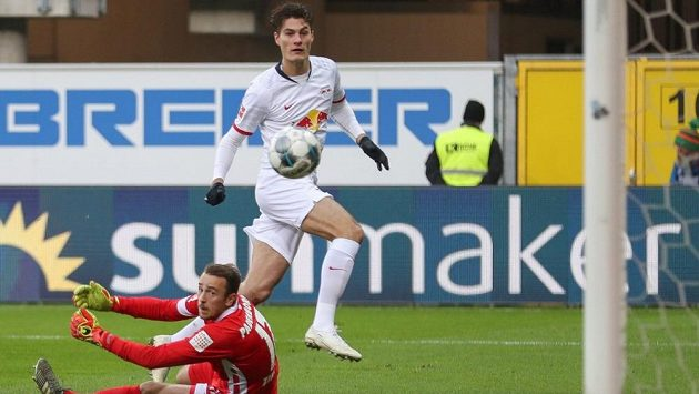 Útočník Patrik Schick poprvé nastoupil v základní sestavě Lipska a prvním gólem v německé fotbalové lize pomohl k výhře 3:2 v Paderbornu.