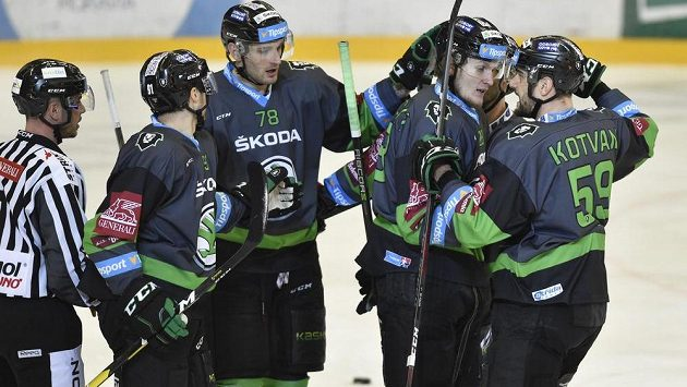 Mladoboleslavští hokejisté Tomáš Knotek, Lukáš Žejdl, autor gólu Pavol Skalický a Oldřich Kotvan se radují z gólu.