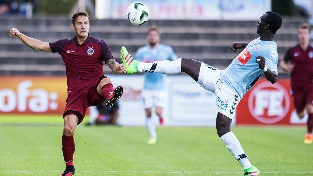 Daniel Holzer ze Sparty Praha (vlevo) a Adama Guira ze Sönderjyske v úvodním utkání play off Evropské ligy.