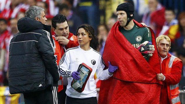 Petr Čech před zraky kouče Joseho Mourinha a v doprovodu lékařky Evy Carneirové opouští hrací plochu v průběhu semifinále LM s Atlétikem.