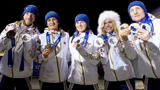 Čeští biatlonoví medailisté zleva Jaroslav Soukup, Martina Sáblíková, Veronika Vítková, Gabriela Soukalová a Ondřej Moravec při slavnostním ceremoniálu.