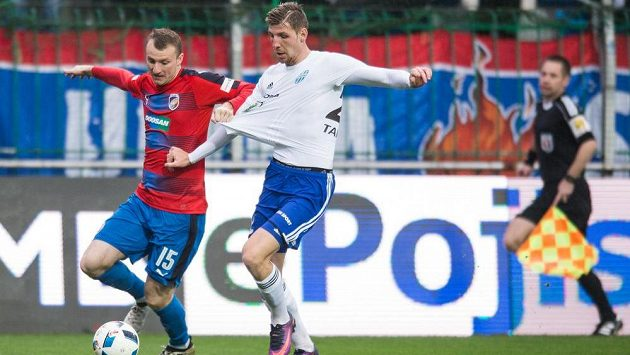 Ladislav Takács z Mladé Boleslavi (vpravo) v souboji s plzeňským útočníkem Michaelem Krmenčíkem v zápase 14. kola první ligy.
