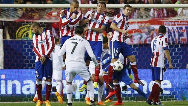 Střílí Cristiano Ronaldo, obrana Atlétika Madrid vyhlašuje nejvyšší pohotovost.